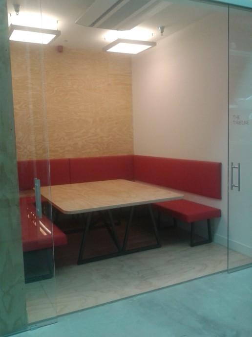 tafel en rode banken vergaderruimte, meubelmaker amsterdam cabinetmaker custom furniture op maat gemaakt maatwerk meubels