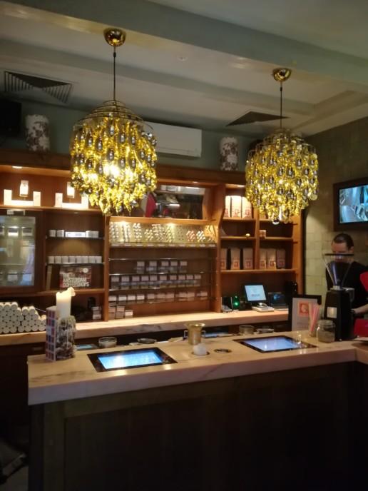 coffeeshop marmeren balie met beeldschermen, meubelmaker amsterdam cabinetmaker custom furniture op maat gemaakt maatwerk meubels