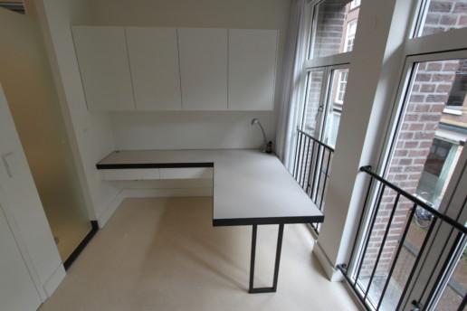 wit bureau met bovenkasten en zwart stalen poot, meubelmaker amsterdam cabinetmaker custom furniture op maat gemaakt maatwerk meubels