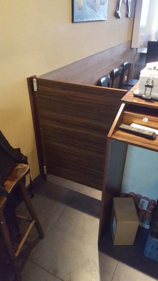 wit betegelde balie met stalen onderrand en houten blad, meubelmaker amsterdam cabinetmaker custom handmade furniture op maat gemaakt maatwerk meubels