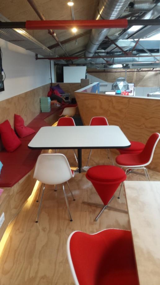 wit tafelblad met zwarte rand rode stoelen underlayment lambrisering, meubelmaker amsterdam cabinetmaker custom handmade furniture op maat gemaakt maatwerk meubels