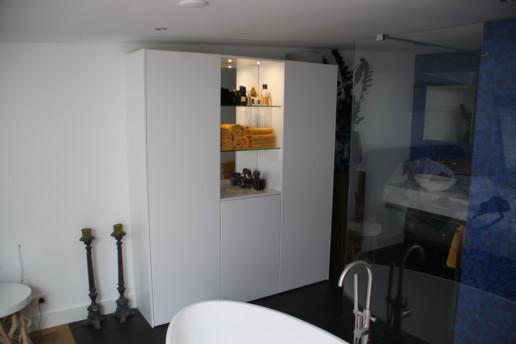witte slaapkamerkast greeploos met glazen legplanken en verlichting, meubelmaker amsterdam cabinetmaker custom handmade furniture op maat gemaakt maatwerk meubels