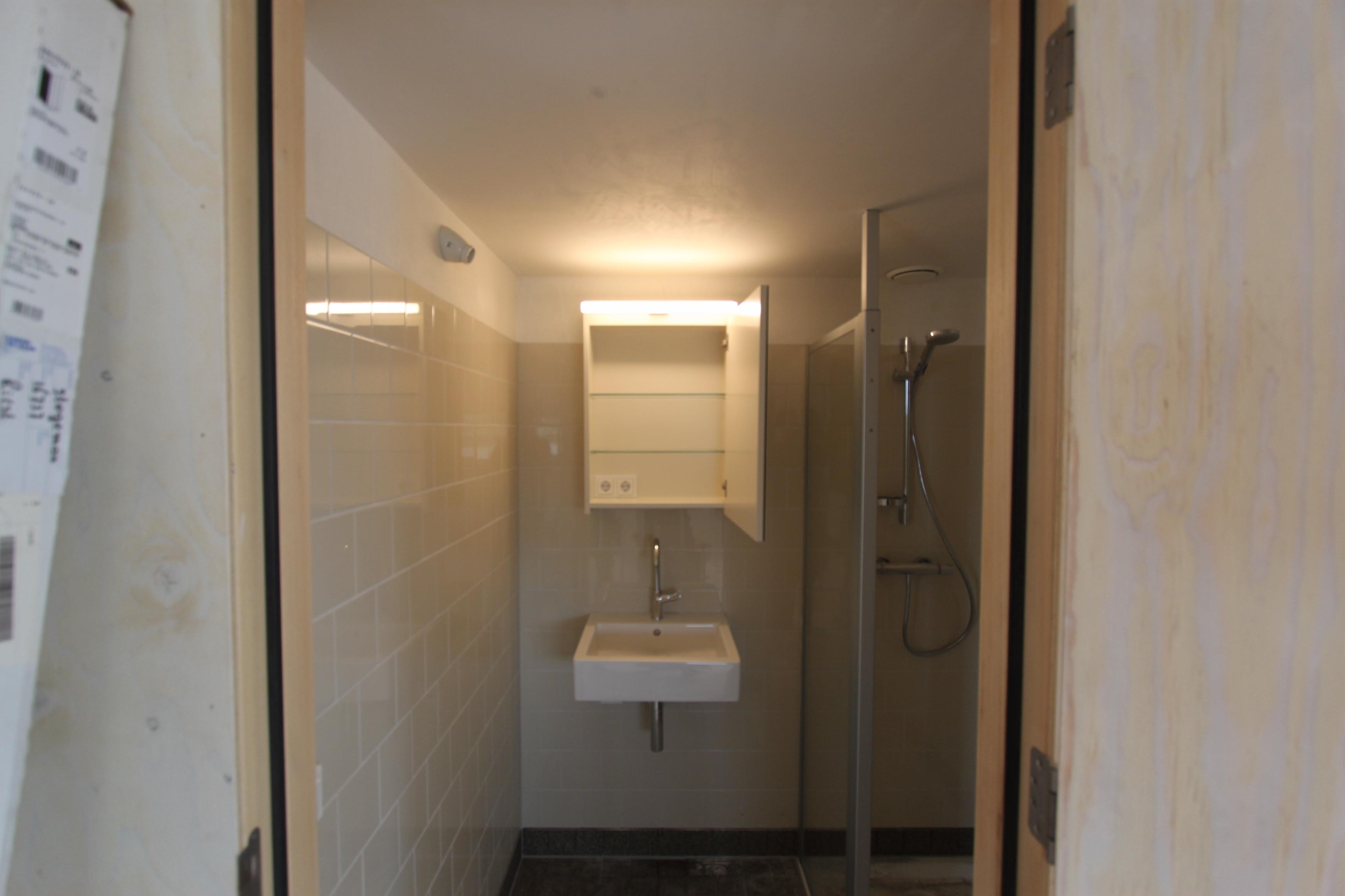 Badkamerkastje met spiegel en led staaf glazen legplankjes