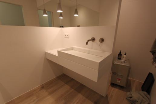wit strak zwevend badkamermeubel met lade kraan uit de muur, meubelmaker amsterdam cabinetmaker custom handmade furniture op maat gemaakt maatwerk meubels