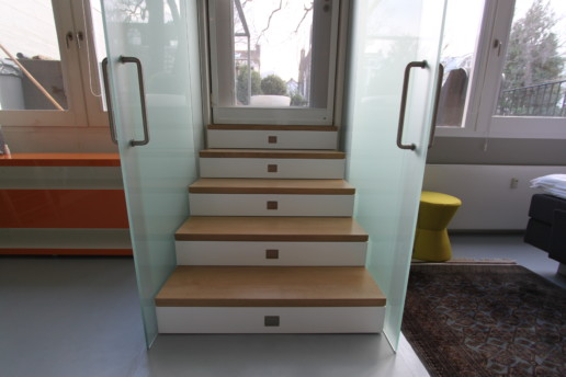 trap met laden massief houten treden glazen deuren, meubelmaker amsterdam cabinetmaker custom handmade furniture op maat gemaakt maatwerk meubels