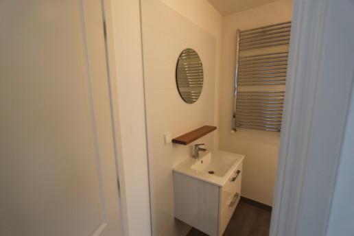 zwevende eiken plank badkamer, meubelmaker amsterdam cabinetmaker custom handmade furniture op maat gemaakt maatwerk meubels