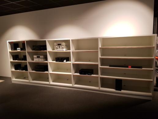 wit audio meubel schappenwand gaten voor elektronica eiken hout, meubelmaker amsterdam cabinetmaker custom handmade furniture op maat gemaakt maatwerk meubels