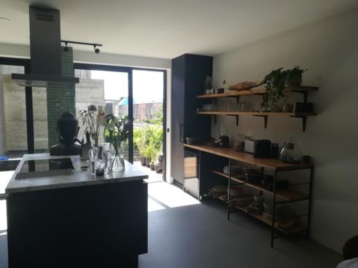 keuken wandkast zwart eiken planken stalen frame meubelmaker amsterdam cabinetmaker custom handmade furniture op maat gemaakt maatwerk meubels
