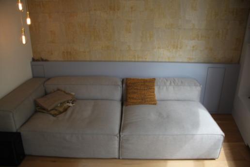 lambrisering met vakje voor telefoon opladen en voor wijn en wijnglazen en witte radiatorombouw, meubelmaker amsterdam cabinetmaker custom handmade furniture op maat gemaakt maatwerk meubels