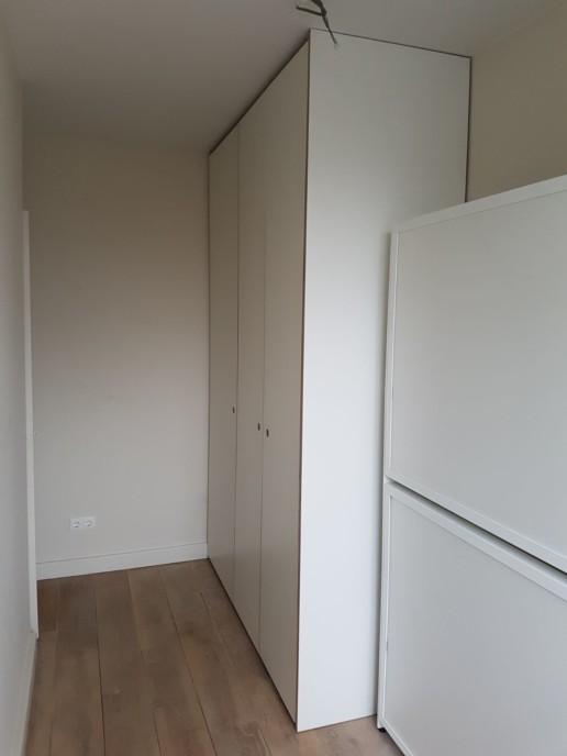 witte schuifdeuren en garderobekast, meubelmaker amsterdam cabinetmaker custom furniture op maat gemaakt maatwerk meubels