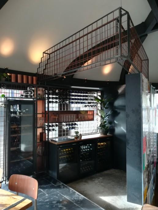 wijnhoek in horeca met stalen rekken en koelkasten, meubelmaker amsterdam cabinetmaker custom furniture op maat gemaakt maatwerk meubels