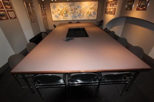 grote vergadertafel clubkamer, meubelmaker amsterdam cabinetmaker custom handmade furniture op maat gemaakt maatwerk meubels