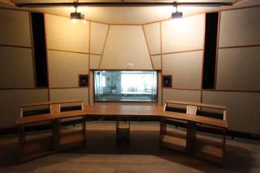 geluidsstudio interieur ingebouwde speakers wandpanelen met houten plinten, meubelmaker amsterdam cabinetmaker custom handmade furniture op maat gemaakt maatwerk meubels