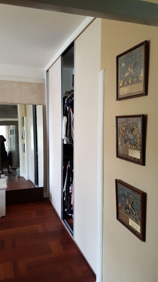 witte schuifdeuren op grijze rail met grijs beslag, meubelmaker amsterdam cabinetmaker custom handmade furniture op maat gemaakt maatwerk meubels