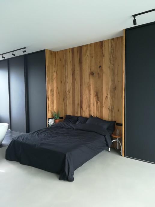 bed eiken lambrisering zwarte wandkast meubelmaker amsterdam cabinetmaker custom handmade furniture op maat gemaakt maatwerk meubels