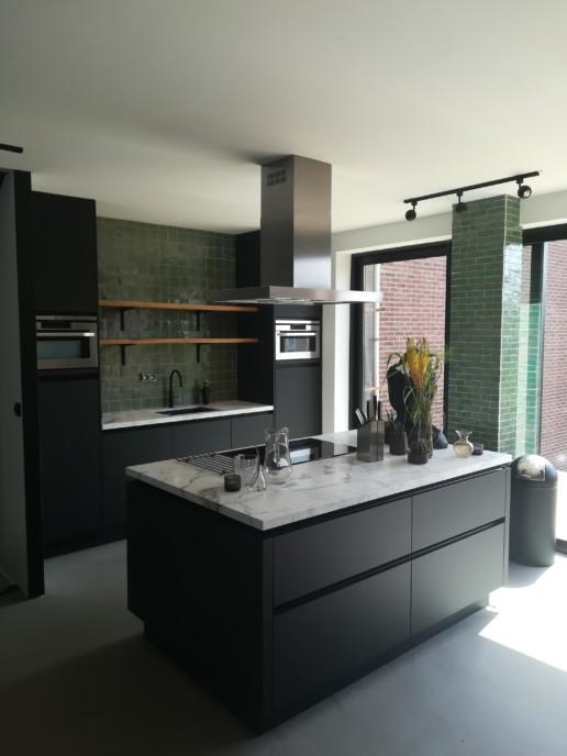 keuken eiland zwart wit marmer blad groen mozaiek meubelmaker amsterdam cabinetmaker custom handmade furniture op maat gemaakt maatwerk meubels